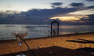 Boire un verre au coucher du soleil à Gili